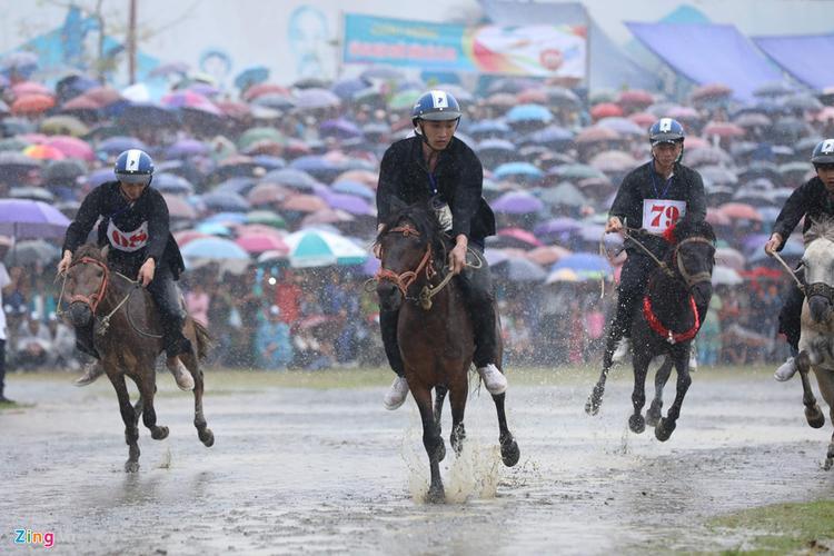 Do mưa lớn, nền đường bị sũng nước đã ảnh hưởng phần nào đến chất lượng cuộc đua.