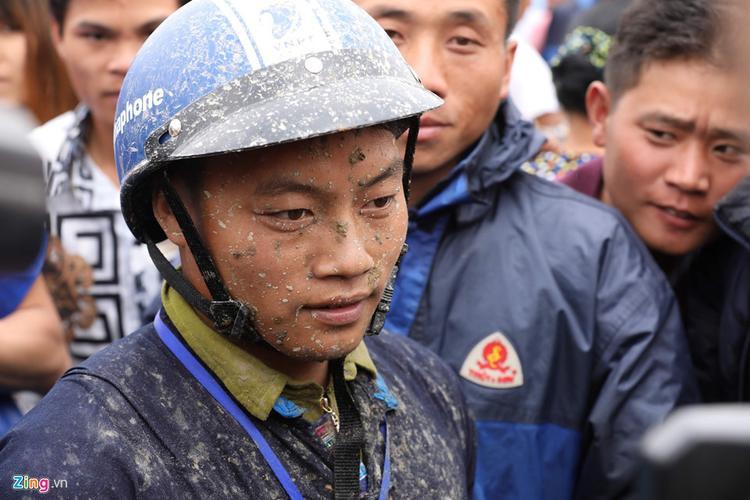Nài ngựa Vàng Văn Sinh (người huyện Simacai) về nhất với thành tích 2 phút 5 giây.