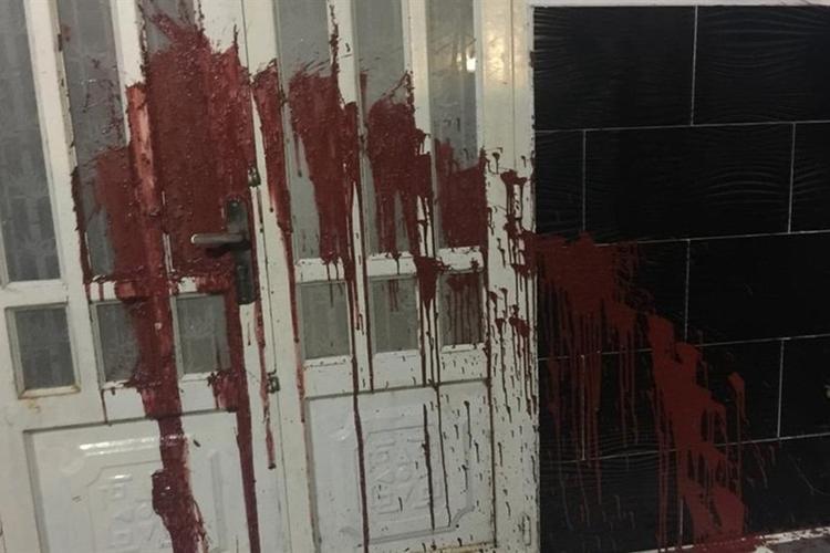 Huỳnh Như và Ngọc Tuyền tạt sơn đỏ và nước mắm vào nhà nạn nhân. Ảnh minh họa.