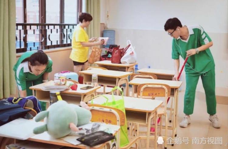 Học sinh trường Chấp Tín, QuảngĐông, Trung Quốc dọn dẹpđồđạc lần cuối trong căn phòngđã gắn bó suốt 3 năm cấp 3