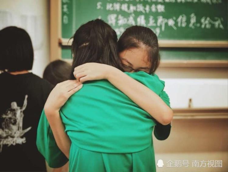 Hai cô bạn thân ôm nhau khóc, đã không còn những lúc cùng vui cùng buồn, cùng ngưỡng mộ hay thầm thương một ai đó.