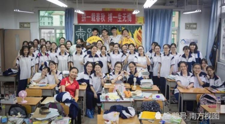 Bức ảnh cuối bên thầy cô và bạn bè. Tạm biệt thanh xuân ở lại.