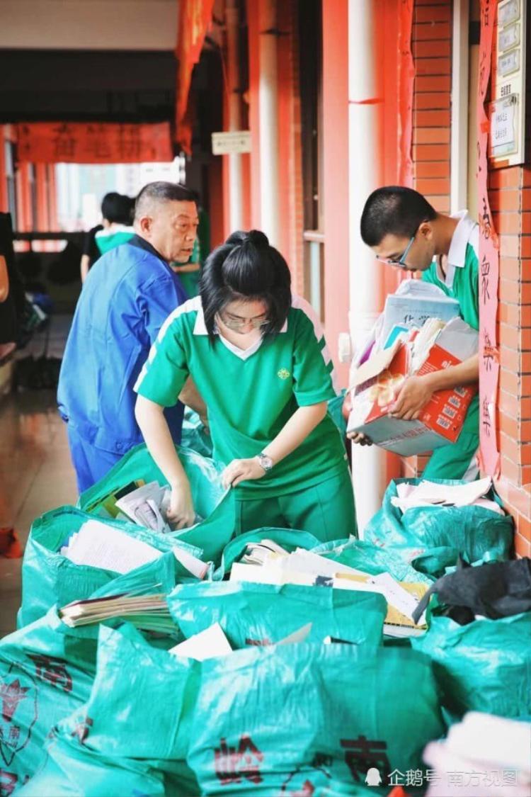 Toàn bộ sách vở của học sinh trong lớp được xếp vào các túi lớn để xử lý.