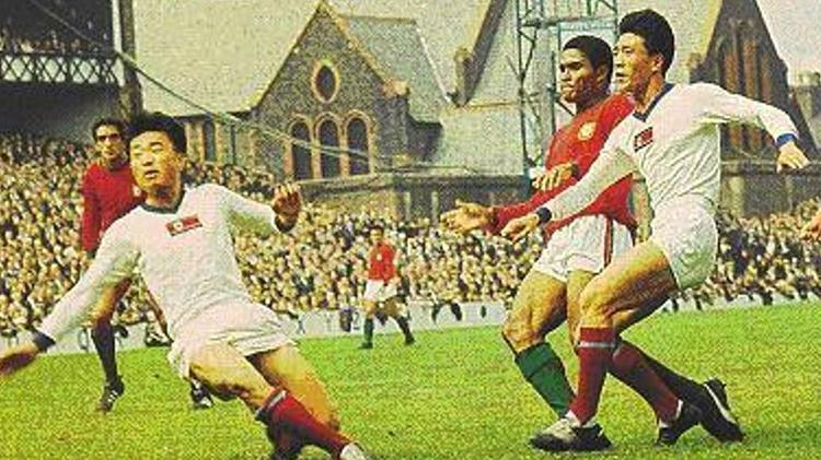 World Cup 1966 chứng kiến màn thể hiện thăng hoa của ngôi sao Eusebio của ĐT Bồ Đào Nha (áo đỏ, giữa) và các cầu thủ của ĐT CHDCND Triều Tiên (áo trắng).