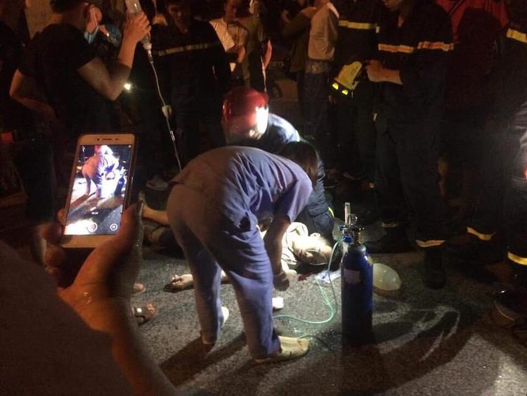 Nạn nhân được sơ cứu tại hiện trường.