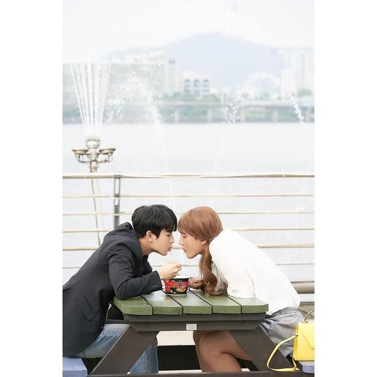 Chuyện tình bờ sông lãng mạn của Donghyuk.