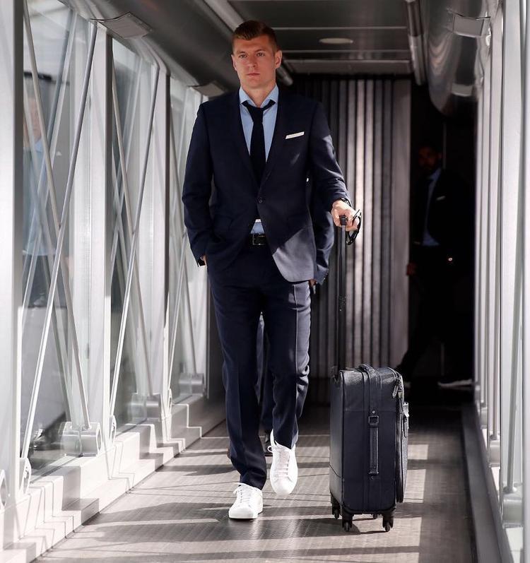 Chàng cầu thủ sinh năm 1990 sở hữu chiều cao lí tưởng, 1m83 và vẻ đẹp vô cùng điển trai.Toni Kroos theo đuổi gu thời trang thanh lịch và trẻ trung.