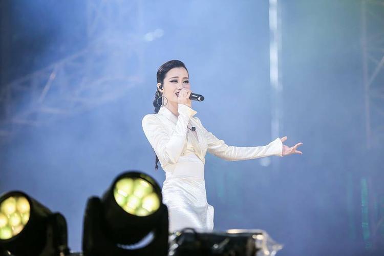 Đông Nhi xuất hiện rạng rỡ trong đêm nhạc tối qua.