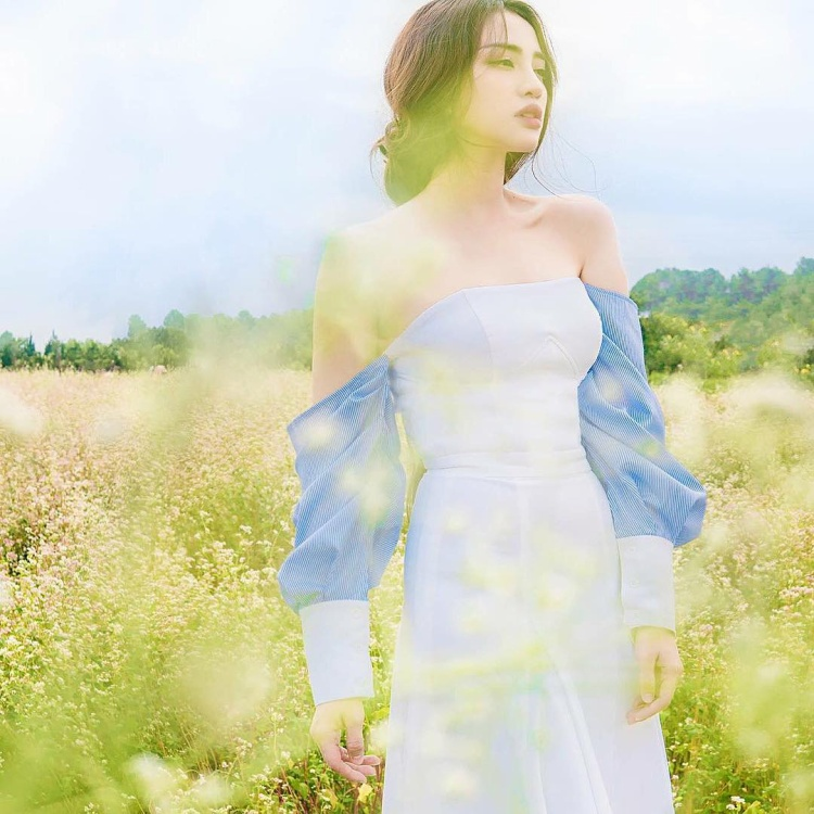YuMi Thiên Nga cách điệu với áo tay phồng trễ nải giúp nữ diễn viên khoe bờ vai quyến rũ
