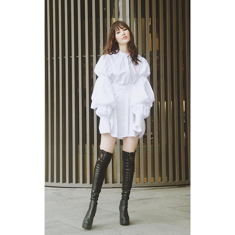 Vẫn là áo tay phồng công chúa nhưng lần này nữ diễn viên chọn thiết kế có phần nhấn nhá lạ mắt, kết hợp boot cao trông cô nàng cực thời trang