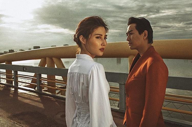 Có vẻ như các mỹ nhân Việt cùng phải lòng thiết kế áo tay phồng phong cách cổ điển này, Diễm My trông đầy ma mị quấn hút bên cạnh Hứa Vĩ Văn