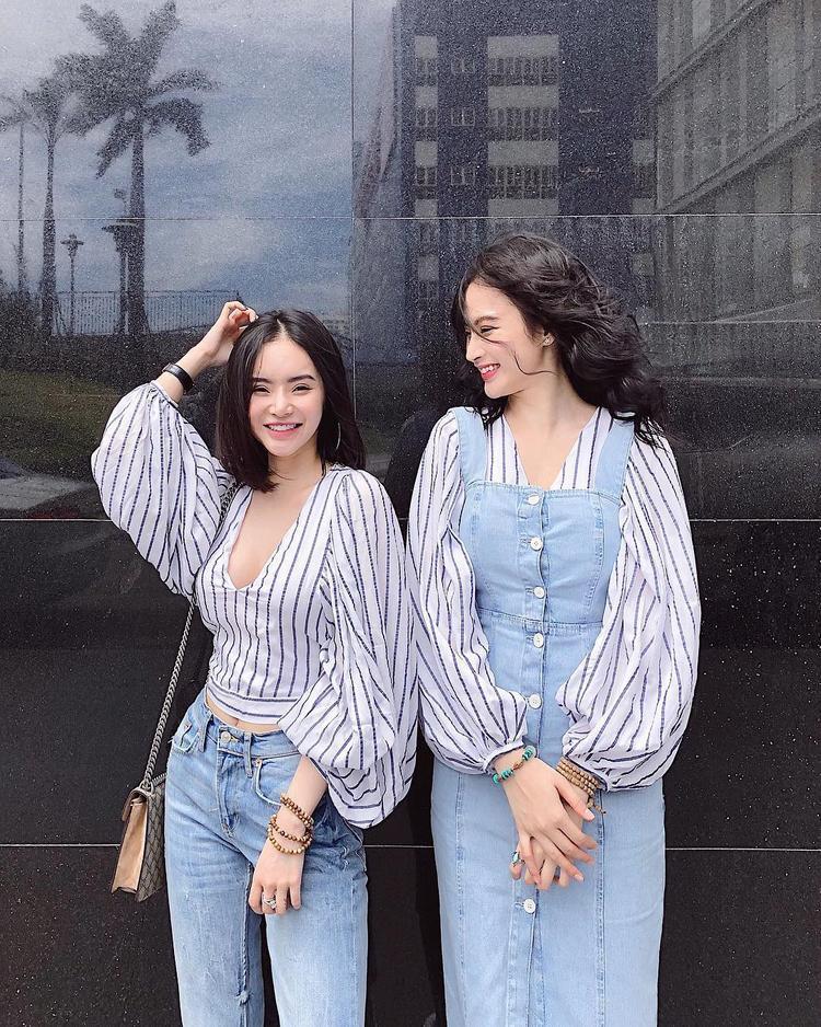 Chị em nhà Angela Phương Trinh cũng mê mẩn kiểu áo điệu đà này khi diện đồ đôi kết hợp với jean đầy trẻ trung, năng động