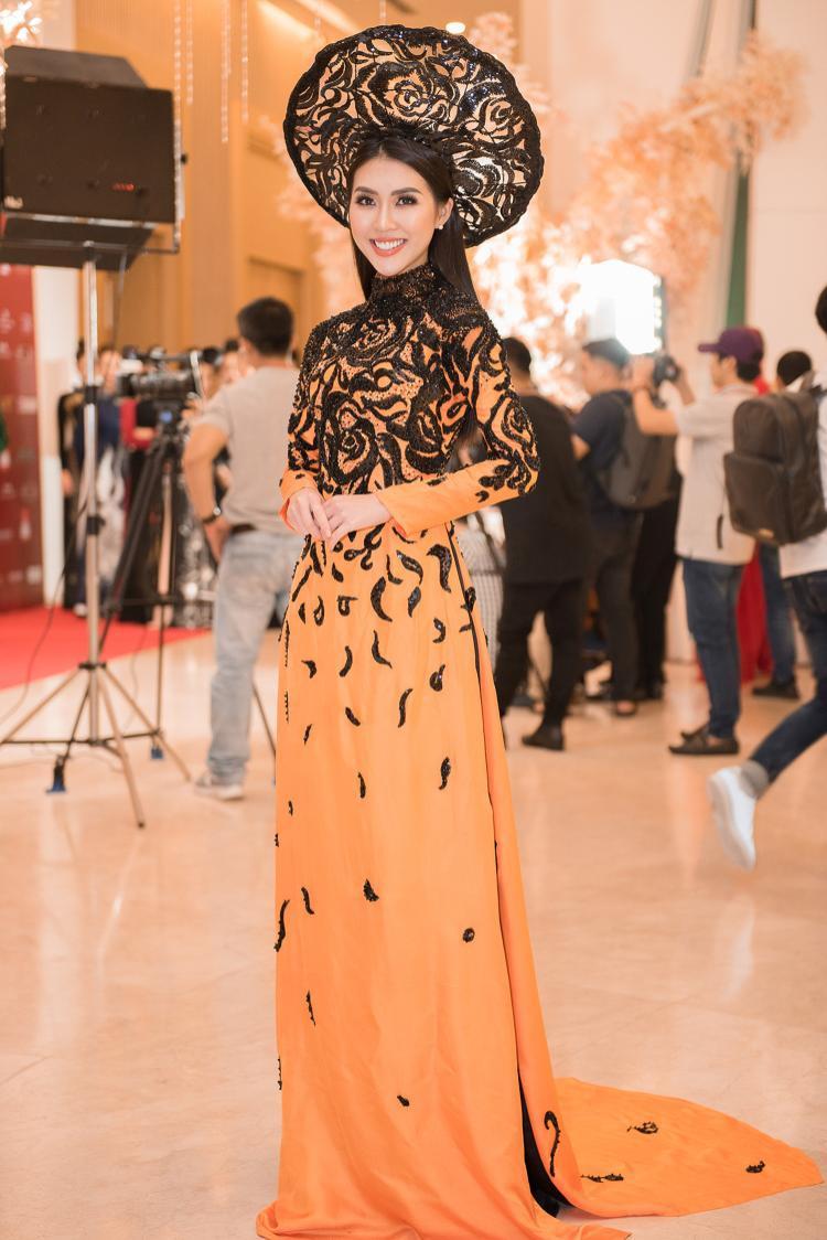Sự kiện Viet Fashion Week được tổ chức tại TPHCM với sự tham gia của các NTK, các tên tuổi thời trang lớn. Trong đó, Tường Linh được mời tham gia xuất hiện với vị trí first face và vedette cho 2 tên tuổi thời trang Việt góp mặt tại sự kiện.