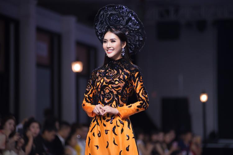 Vóc dáng thon thả cùng phong thái khoan thai của Tường Linh rất hợp với tà áo quốc phục dân tộc. Với kinh nghiệm làm mẫu, người đẹp dễ dàng chinh phục chiếc mấn to và nặng.