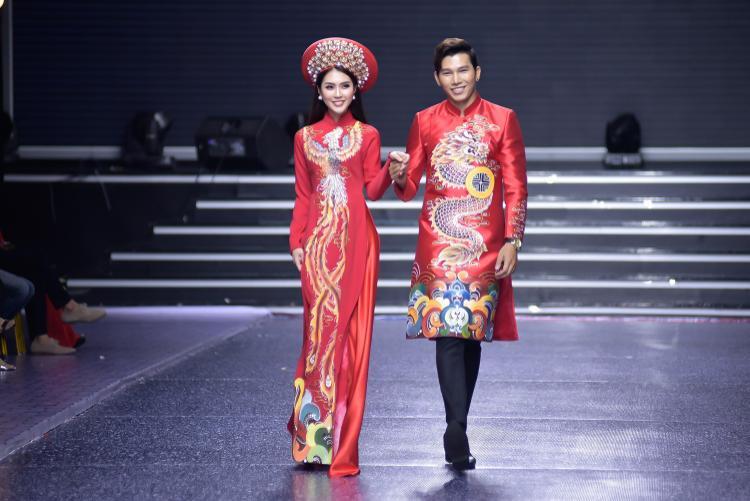 Thể hiện tà áo dài cưới, cả Tường Linh lẫn Ngọc Tình đều toát lên nét viên mãn, đem lại cảm giác hạnh phúc cho tất cả mọi người có mặt tại khán phòng.