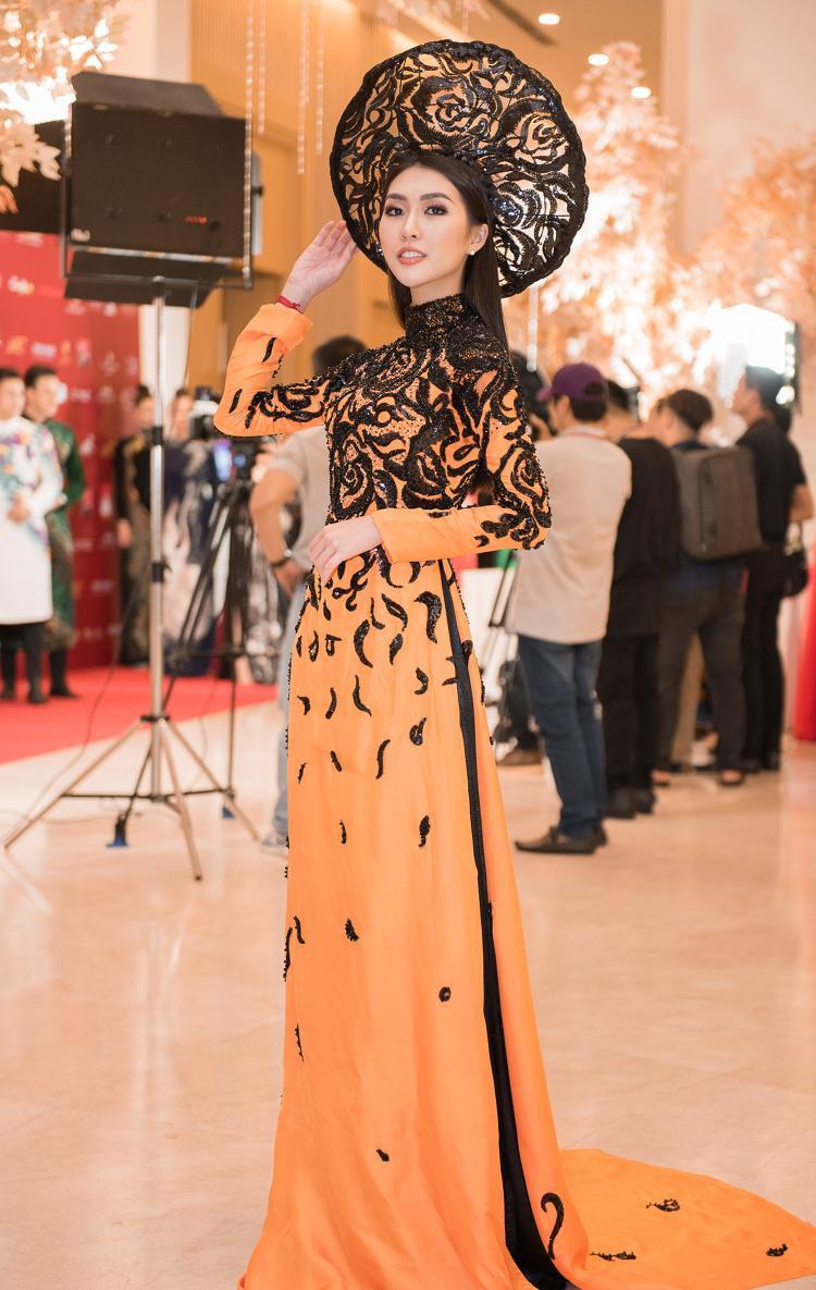 Sở hữu vóc dáng cân đối và gương mặt rạng ngời, Tường Linh gây thương nhớ với trang phục áo dài nền nã duyên dáng.