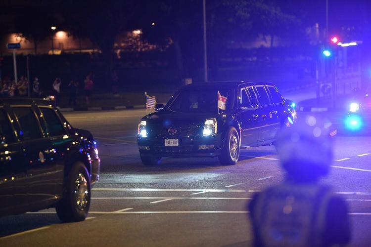 Đoàn xe Tổng thống Mỹ xuất hiện trên đường Airport Road.