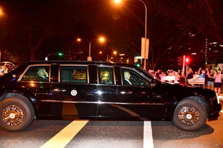 Chiếc xe đi dọc Pan-Island Expressway trước khi tới Khách sạn Shangri-La.