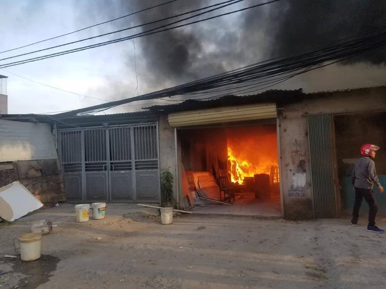 Ngọn lửa bốc lên từ một xưởng sản xuất đồ gỗ.