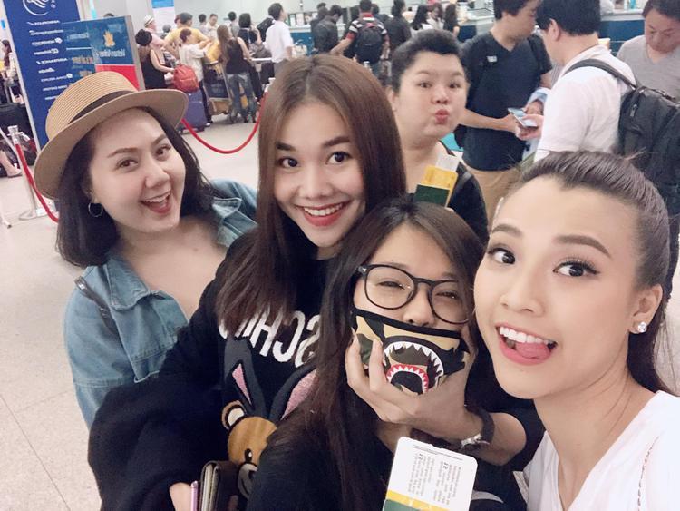 Lịch trình bận rộn, Thanh Hằng vẫn xuất hiện cực rạng rỡ trong bức hình selfie cùng team Ngựa Hoang.
