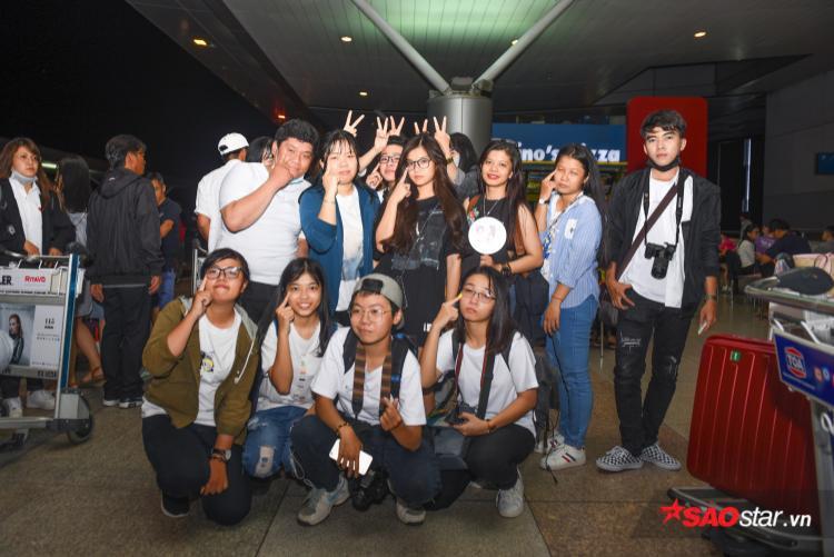 Hoàng Yến Chibi thân thiện chụp ảnh cùng fan trước giờ lên máy bay.
