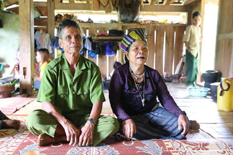 Tuổi cao, sức khoẻ yếu nên ông Ky cùng vợ là Hồ Thị Tươm (67 tuổi) ra bản sống cùng con trai. Ảnh: Hoàng Táo