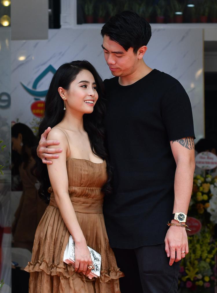 Ca nường Kiều Anh xuất hiện cùng chồng tại một sự kiện cuối tuần ở Hà Nội. Hai vợ chồng nữ ca sĩ khiến nhiều người phát ghen, khi liên tục áp sát nhau.