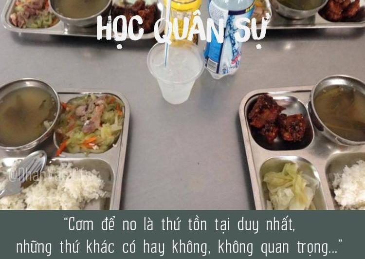 Quên sao được những bữa cơm quân ngũ mà dù không được ngon như cơm mẹ nấu nhưng cũng làm ấm lòng những chiến sĩ sinh viên.
