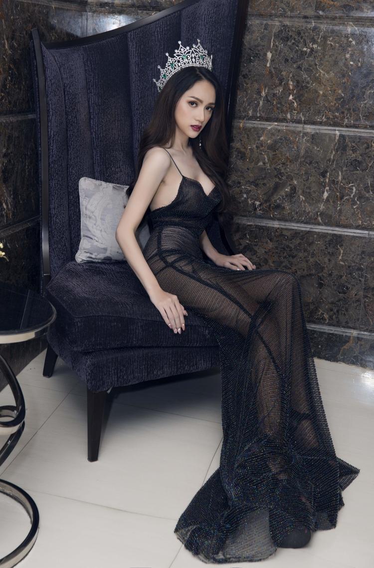 Đương kim Hoa hậu chuyển giới trông thật xinh đẹp và gợi cảm với cách tạo dáng thần sầu.