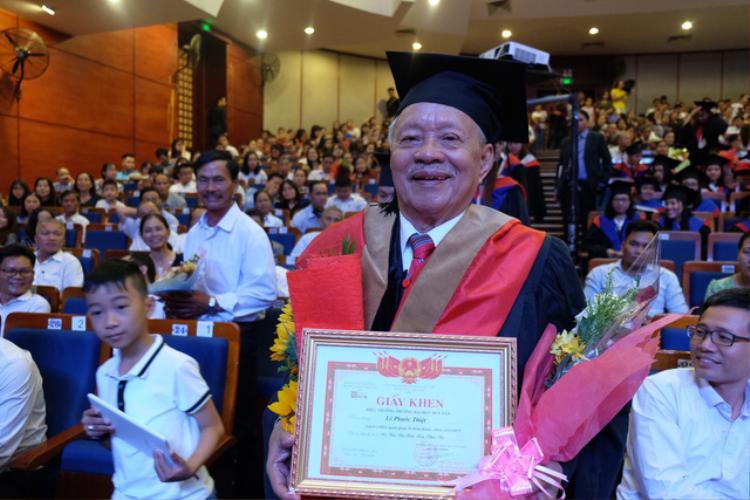 Cụ Lê Phước Thiệt vừa nhận bằng thạc sĩ Quản trị Kinh doanh ở tuổi 85.