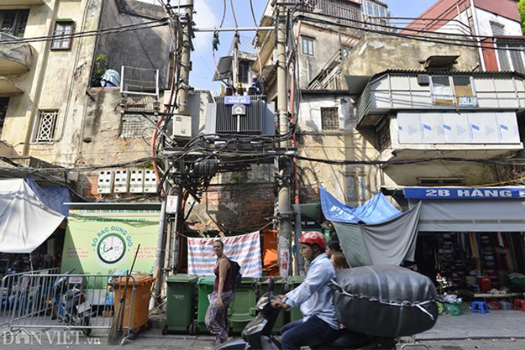 Trên phố Hàng Bạc (quận Hoàn Kiếm), xung quanh trạm biến áp được tận dụng để chứa những thùng rác cỡ lớn.