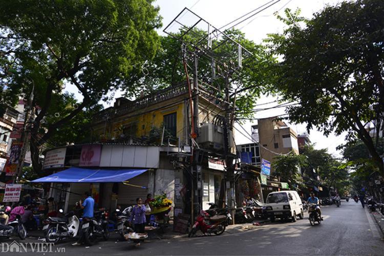 Trạm biến áp nằm giữa phố Hàng Rươi và Hàng Lược (quận Hoàn Kiếm), phía dưới người dân vẫn sinh hoạt và buôn bán bình thường mặc dù có biển cấm.