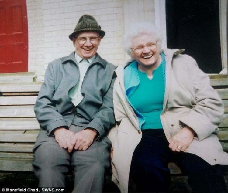 Cụ ông Arnold và cụ bà Amy đã bên nhau trong suốt 5 thập kỷ và qua đời cách nhau chỉ vài ngày.