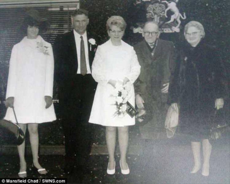 Bà Amy và ông Arnold Hardy (đứng trung tâm) trong ngày cưới của họ năm 1972.