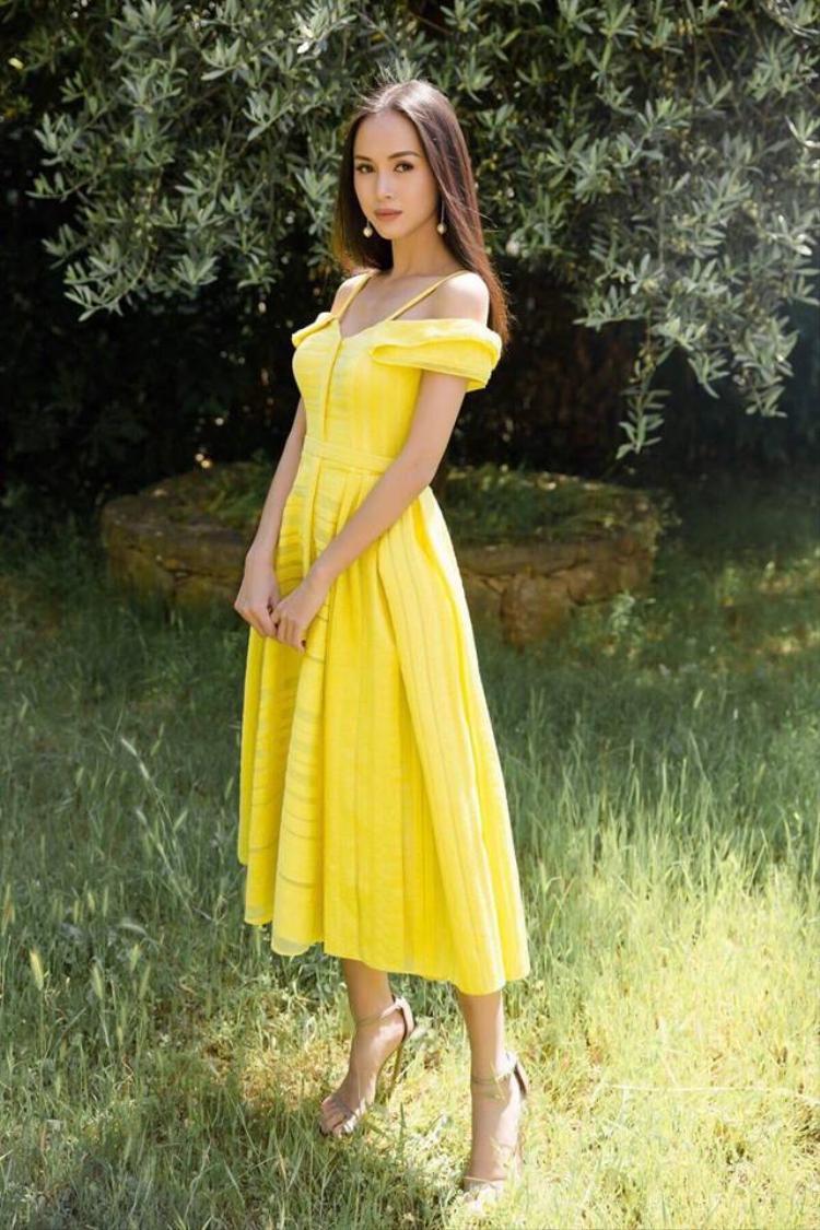 """Nữ diễn viên Vũ Ngọc Anh cũng """"phải lòng"""" với màu vàng, cô thường xuyên xuất hiện trong những thiết kế vàng chanh, bắt kịp xu hướng hiện nay."""