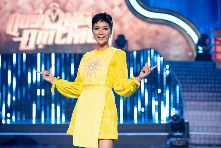 """""""Cha đẻ"""" của thiết kế này chính là NTK Lê Thanh Hòa. Được biết bộ cánh nằm trong bộ sưu tập Mặt trời phương Đông vừa được trình làng cách đây không lâu."""