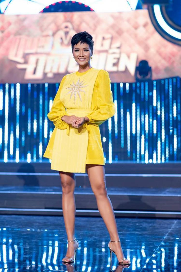 """Đôi chân dài của đương kim Hoa hậu Hoàn vũ trở nên nổi bật nhờ sắc vàng quyến rũ. Đây là màu sắc rất được nhiều người đẹp diện trong nửa đầu năm 2018 và trở thành """"hot trend"""" hiện nay."""