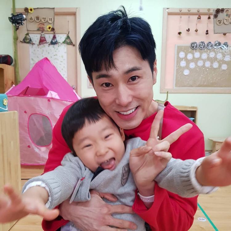 Nếu không làm idol, Yunho sẽ làm giáo viên mầm non. Trong tập 19 vừa chiếu sáng nay, anh lại làm các fan 'thòng tim' vì sự tận tụy với những đứa trẻ.
