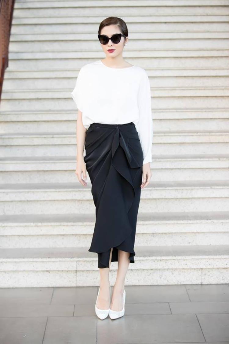 Nếu như Diễm My ghi điểm với phong cách phù hợp với độ tuổi 56, thì Tăng Thanh Hà gây ấn tượng với sự trẻ trung ở tuổi 32.