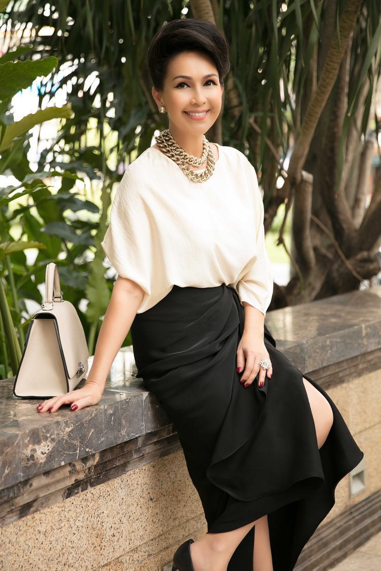 Diễm My phối trang phục cùng vòng cổ mắt xích to bản của Chanel, hoa tai ánh kim với sắc vàng kim đồng điệu, nổi bật.