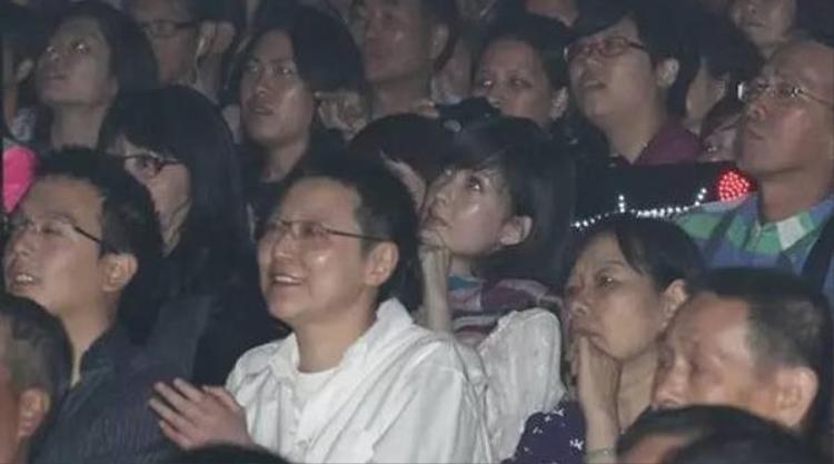 Chu Vĩ Lợi mỉm cười đầy yêu chiều trong buổi hoà nhạc của Quan Cúc Anh