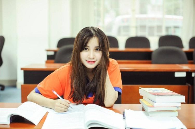Lương Minh Thu đang theo học tại ngành Quản trị Kinh doanh cũng là nữ sinh thu hút nhiều ánh nhìn tạiGreenwich.