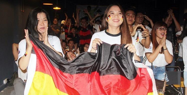 Hia dì cháu của Hoàng Kim từng nhận được sự tán dương lớn từ fans Đức khi đi từ Vĩnh Long lên TP.HCM cổ vũ cho thầy trò HLV Low.