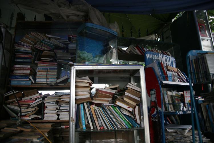 Quầy sách báo miễn phí bên hàng rào ở Hà Nội của nữ giảng viên 74 tuổi dị ứng smartphone