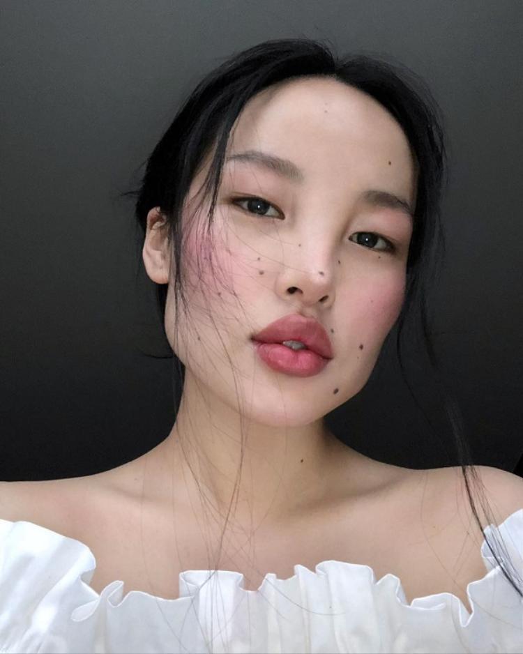 Cấu trúc gương mặt lạ với đôi mắt một mí, cánh mũi thô, môi dày từng khiến Tsunaina tự ti, chán ghét việc soi gương. Tuy nhiên, đến nay chính điều này lại giúp cô gái 9X gặt hái thành công trong lĩnh vực người mẫu.