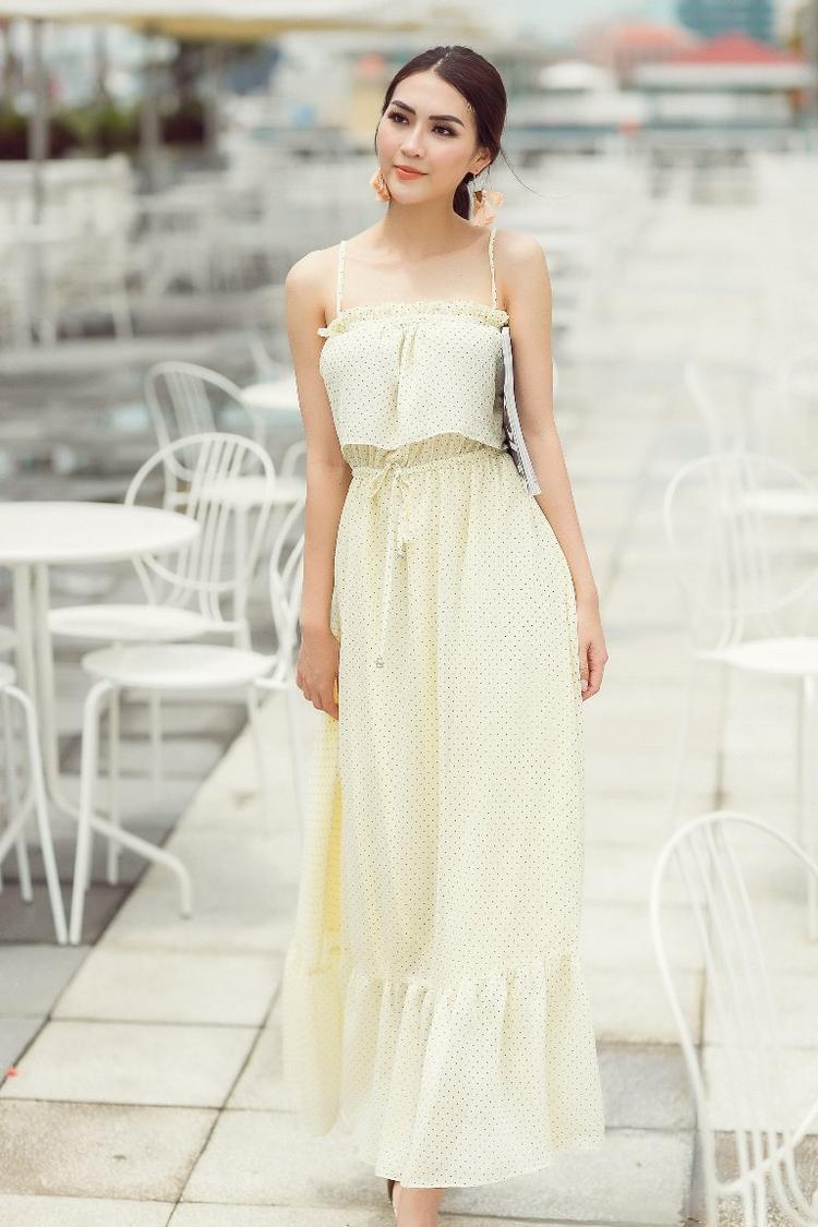 Thiết kế với phần dây buộc eo, khiến người mặc dễ dàng cân chỉnh độ thoải mái cũng là một điểm cộng trong trang phục này.