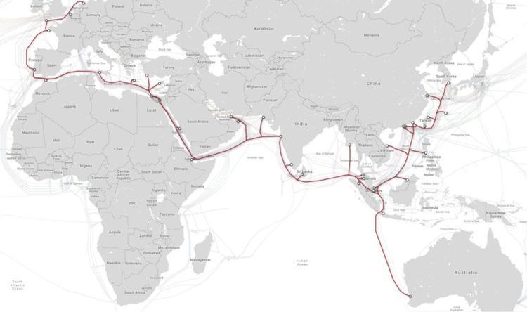 Internet ngày nay được xây dựng từ 300 tuyến cáp biển với chiều dài xấp xỉ 900.000 km. 97% dữ liệu liên lục địa được truyền qua các tuyến cáp này, theo thông tin từ diễn đàn Hợp tác Kinh tế châu Á - TBD. Trong ảnh là tuyến cáp biển SeaMeWe-3 dài nhất thế giới nối Đức với Hàn Quốc và tới Australia có chiều dài tổng cộng 38.6000 km.