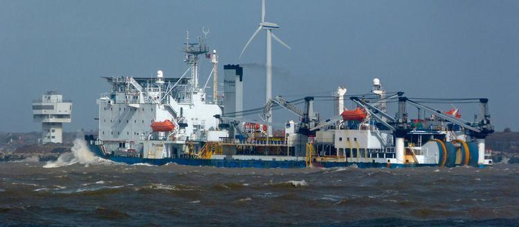 Xây dựng một tuyến cáp biển thường mất vài tháng với chi phí hàng triệu USD. Đảm nhận công việc này là các tàu rải cáp cỡ lớn. Một số loại cáp được chôn sâu 7,6 km dưới mực nước biển để tránh thảm họa sóng thần, ăn mòn, vô tình vướng vào lưới đánh cá, hay cá mập cắn.