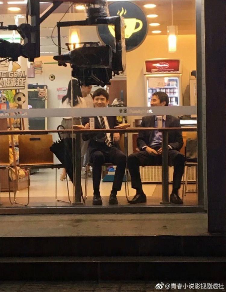 """Một cảnh quay trên phố của """"song Đình"""" được người hâm mộ chụp lại"""