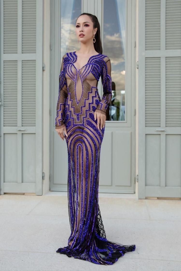 """Đến tham dự LHP Cannes 2018, Vũ Ngọc Anh gây"""" choáng"""" khi vali đồ toàn những bộ đầm xuyên thấu, hở bạo lộ điểm nhạy cảm trên cơ thể. Một trong số đó là thiết kế được mỹ nhân diện trong ngày thứ 9 trên thảm đỏ Cannes 2018. Bộ váy của người đẹp được mệnh danh """"bom sexy"""" showbiz Việt.Có vẻ như Vũ Ngọc Anh muốn chơi nổi khikhoe gần như toàn bộ cơ thể trước ống kính của các nhiếp ảnh gia quốc tế."""
